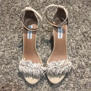 STEVE MADDEN HEELS WITH FRINGE TOE TAUPE NUDE